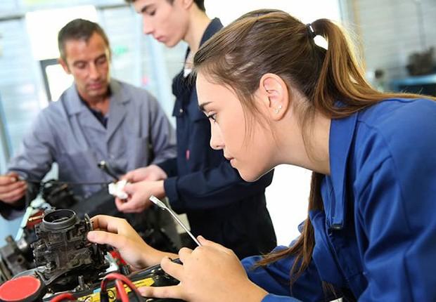 homens-e-mulheres-em-fabrica